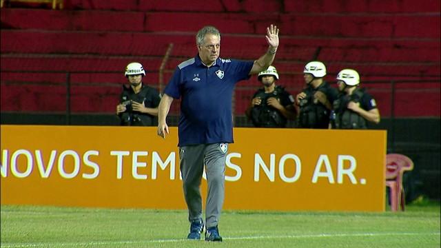 aef738f0f7  p  Abel Braga entra em campo e  eacute  muito aplaudido pelos torcedores do