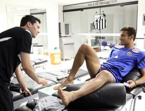 Neymar em tratamento no Santos (Foto: Sergio Pirata / divulgação Santos FC)