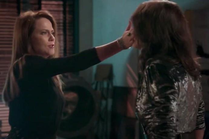 Lili dá tapa na cara de Carolina (Foto: TV Globo)