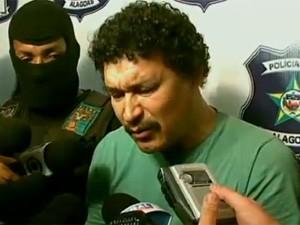 Everaldo Ferreira dos Santos é apresentado pela polícia alagoana (Foto: Reprodução/TV Globo)