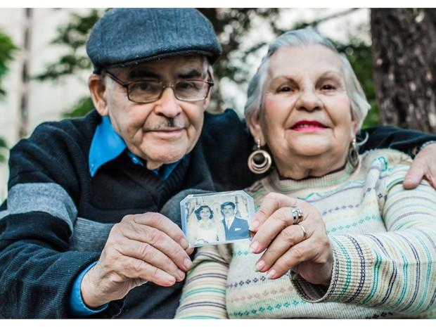 O casal exibe orgulhoso a foto do dia do casamento. Lembrança fica guardada na carteira de Eny. (Foto: Carlos Mafort)