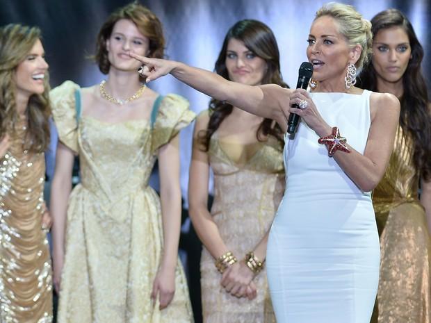 23/05/2013 - Sharon Stone comandou a festa beneficente da amfAR, fundação contra a Aids, durante o Festival de Cannes. (Foto: AFP PHOTO / ALBERTO PIZZOLI )