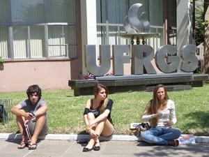 Vestibulandos avaliam como 'tranquilo' primeiro dia de provas do vestibular da UFRGS (Foto: Luiza Carneiro/ G1 RS)