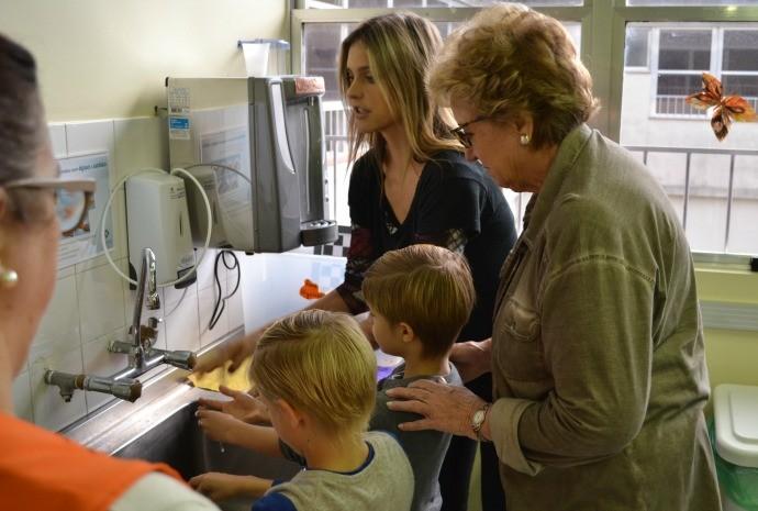 Fernanda visitou hospital acompanhada pela mãe, Maria Tereza, e os filhos, João e Francisco (Foto: Otávio Daros/RBS TV)