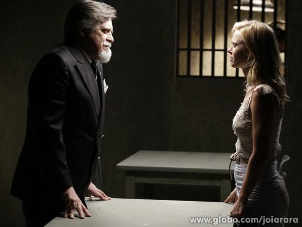 Ernest promete tirar loira da prisão se ela desistir do divórcio (Foto: Joia Rara/TV Globo)