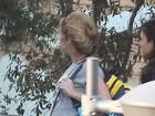 Grávida, Shakira exibe barriguinha ao buscar o filho na escola