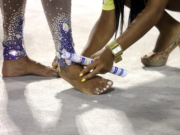 Detalhes dos pés de Milena Nogueira em ensaio técnico da Caprichosos de Pilares na Marquês de Sapucaí, no Centro do Rio (Foto: Daniel Pinheiro/ Divulgação)