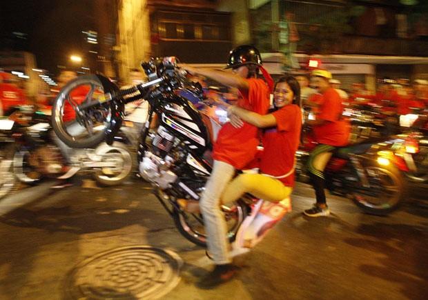 Chavistas comemoram a vitória de Nicolás Maduro neste domingo (14) nas ruas de Caracas (Foto: Reuters)