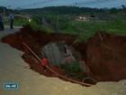 Carro segue soterrado em cratera aberta na rodovia ES-482