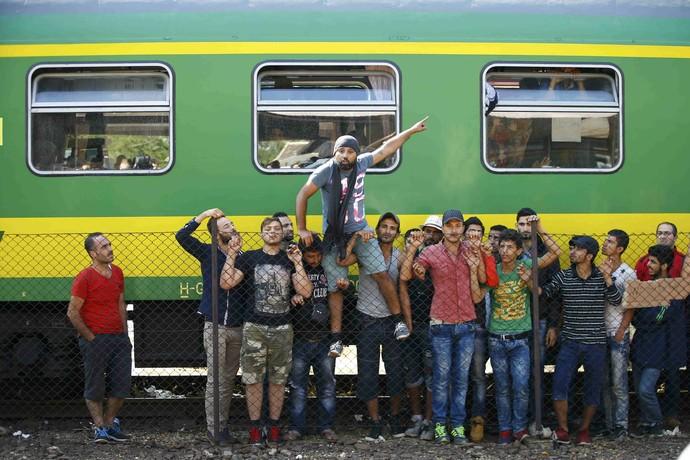 Refugiados sírios protestam contra bloqueio na Hungria (Foto: Leonhard Foeger / Reuters)