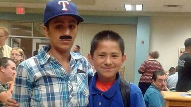 """Ao estilo """"Mario Bros"""", Yevette Vasquez participa com o filho Elijah de evento para pais no Texas (Foto: Yevette Vasquez/Divulgação)"""