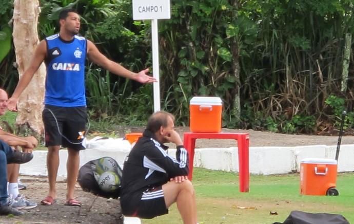 André Santos se arrisca como treinador em treino do Flamengo (Foto: Hector Werlang)