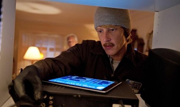 Para evitar que Emily comete um assassinato, Nolan decide fazer a investigação sozinho (Foto: Divulgação / Disney Media Distribution)