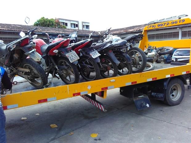 Batalhão de Policia Militar encaminha para a delegacia veículos recuperados (Foto: Polícia Militar / Divulgação)