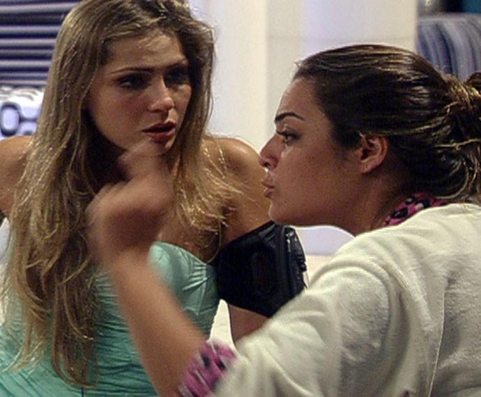 Renata e Monique chegaram a brigar, mas rapidamente voltaram a ser amigas (Foto: TV Globo)