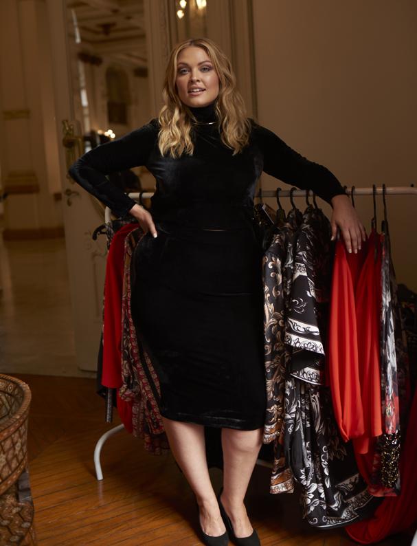 Justine LeGault nos bastidores da campanha de inverno 2017 da Elegance Plus Size (Foto: Divulgação)