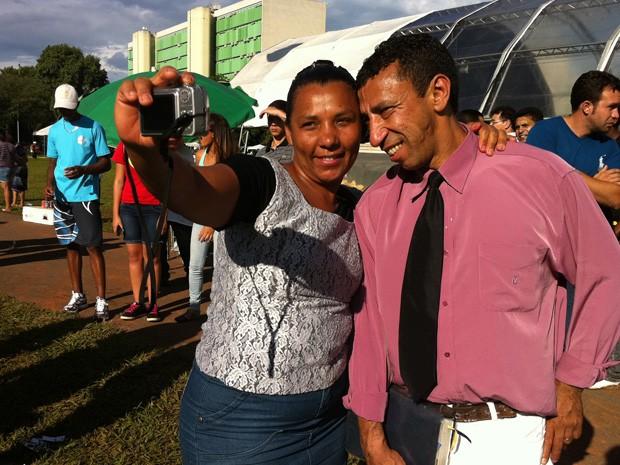 5d835162086 Casal comemora casamento participando do show gospel no Dia do Evangélico  (Foto  Káthia Mello