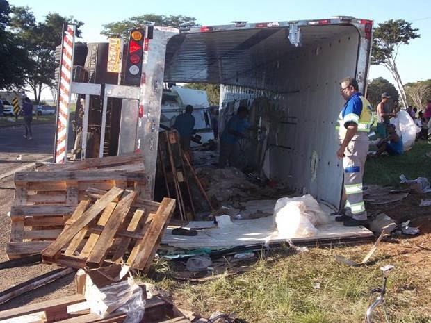 Caminhão ficou vazio após o saque (Foto:  Rafael Machi / Diário de Penápolis)