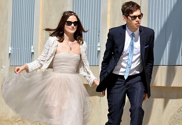 Keira Knightley de vestido Rodarte e casaco Chanel (Foto: Reprodução)