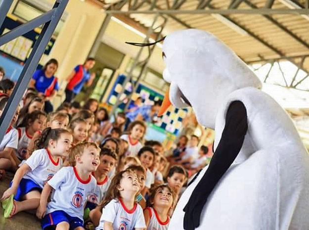 Valmir Teotonio, o Olaf, se apresenta em colégio de Brasília (Foto: Nayara Bittencourt/Arquivo Pessoal)