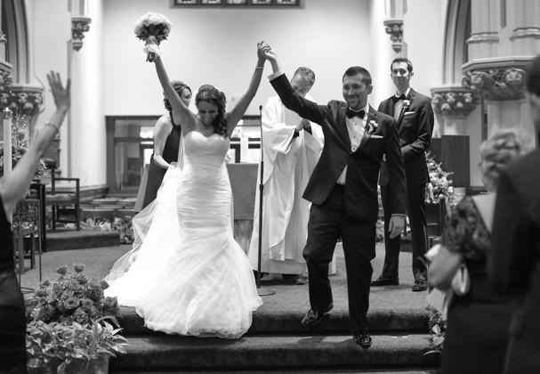 Rapaz surpreende avó internada levando cerimônia de casamento pra dentro de quarto de hospital