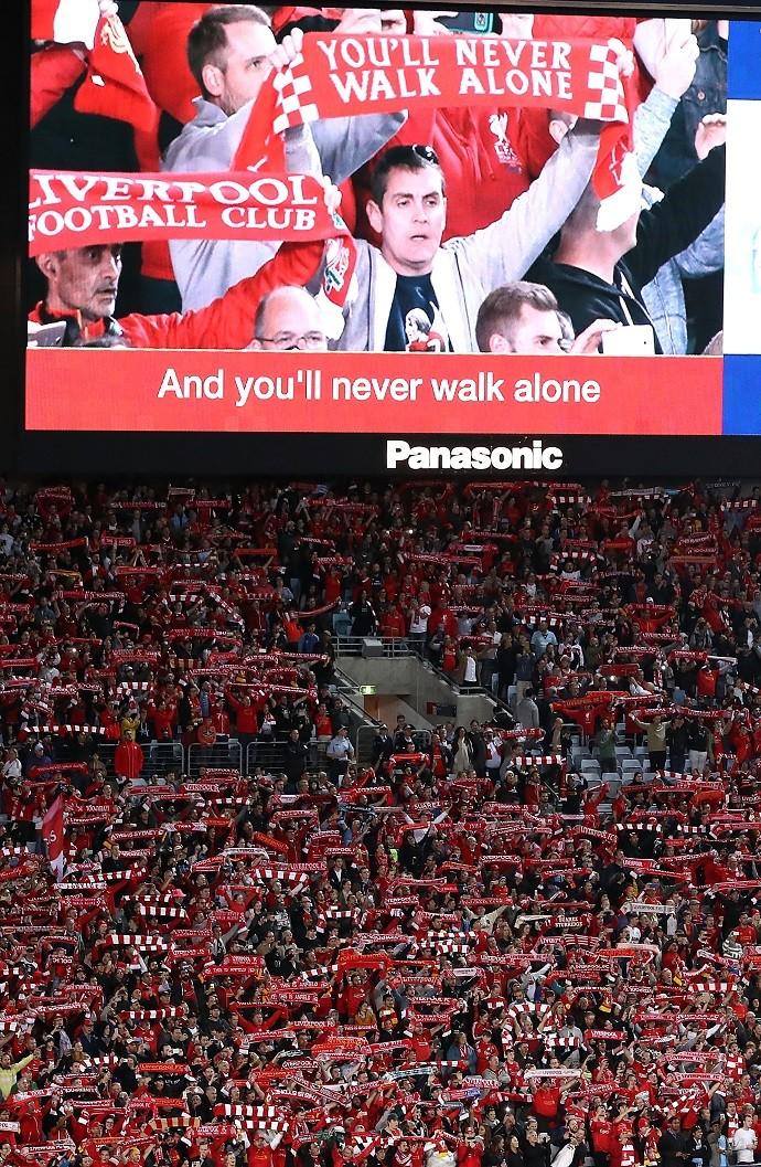 Torcida do Liverpool canta You'll never walk alone