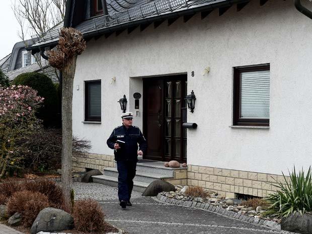 Policial faz busca em casa na cidade de Montabaur, de onde era o copiloto Andreas Lubitz (Foto: AFP PHOTO / PATRIK STOLLARZ)