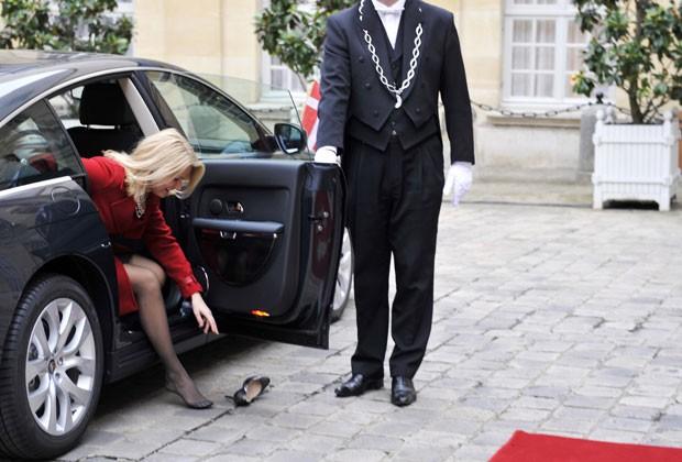Helle Thorning-Schmidt deixou sapato cair ao descer de carro. (Foto: Mehdi Fedouach/AFP)