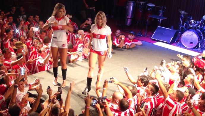 Cacau Colucci e Carol Narizinho, uniformes CRB (Foto: Denison Roma / GloboEsporte.com)