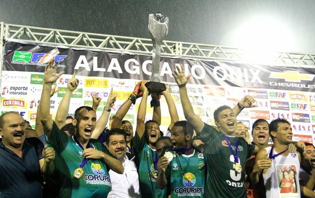 Jogadores do Coruripe levantam a taça do Alagoano (Foto: Ailton Cruz/ Gazeta de Alagoas)