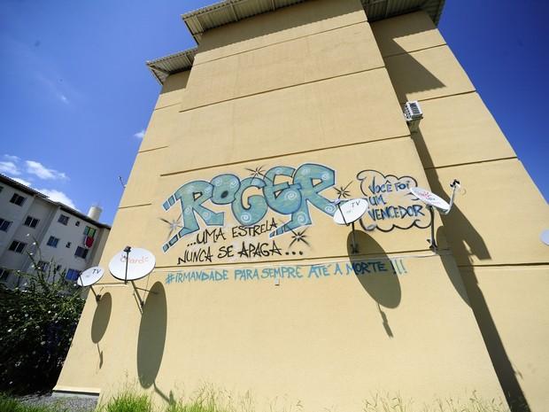 Grafite em condomínio lembra envolvido com o tráfico de drogas em Porto Alegre (Foto: Ronaldo Bernardi/Agência RBS)