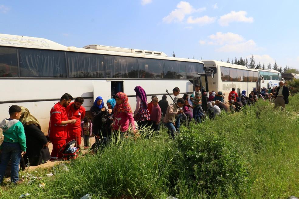 Imagem deste sábado mostra pessoas que foram retiradas dos vilarejos de Kefraya e al-Foua e estavam bloqueadas na cidade de Rashideen (Foto: REUTERS/Ammar Abdullah)