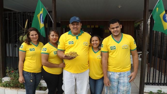 Eliéser Magalhães, proprietário da lanchonete, com a família (Foto: Dayanne Saldanha)