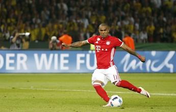 Douglas Costa ficará três semanas sem treinar no Bayern por lesão
