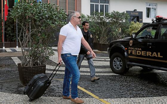Carlinhos Cachoeira deixa a Polícia Federal (Foto:  Pablo Jacob / Agencia O Globo)