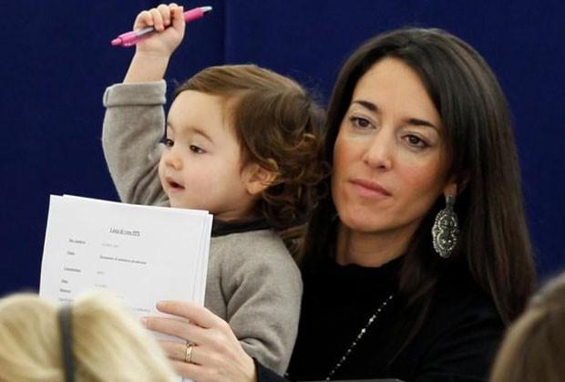 Licia Ronzulli com a filha Victoria no Parlamento Europeu em dezembro de 2011. (Foto: Vincent Kessler/Reuters)