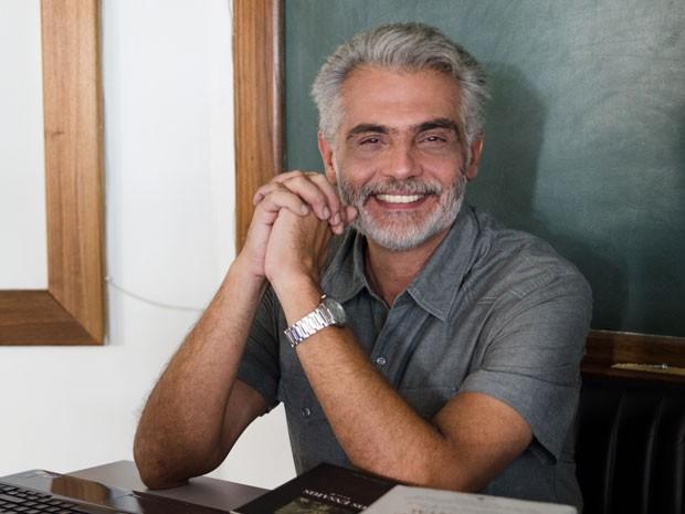 Tarcísio Filho interpreta o professor Alberto (Foto: TV Globo/Fábio Rebelo)