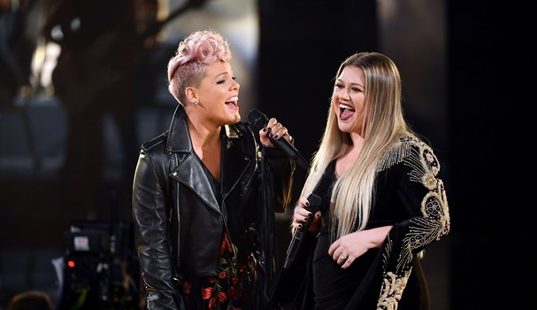 LOS ANGELES, CA - NOVEMBER 19:  Pink (L) and Kelly Clarkson perform onstage during the 2017 American Music Awards at Microsoft Theater on November 19, 2017 in Los Angeles, California.  (Photo by Kevin Winter/Getty Images) (Foto: Getty Images)