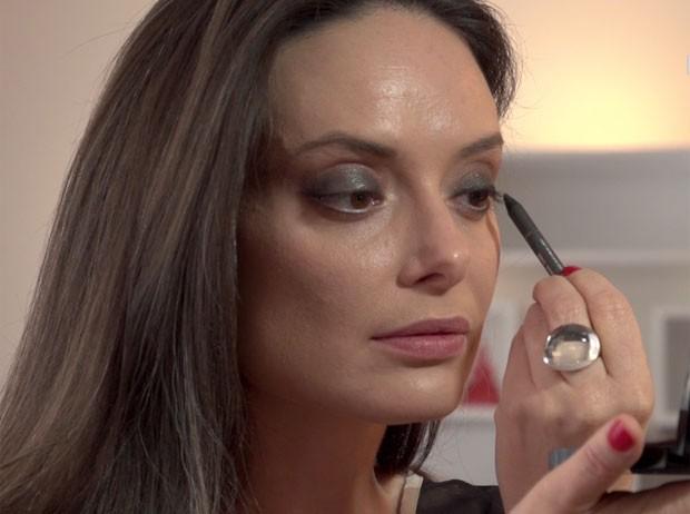 Vânia Goy transforma o make do dia para a noite em estreia da TV Belezinha (Foto: Reprodução)