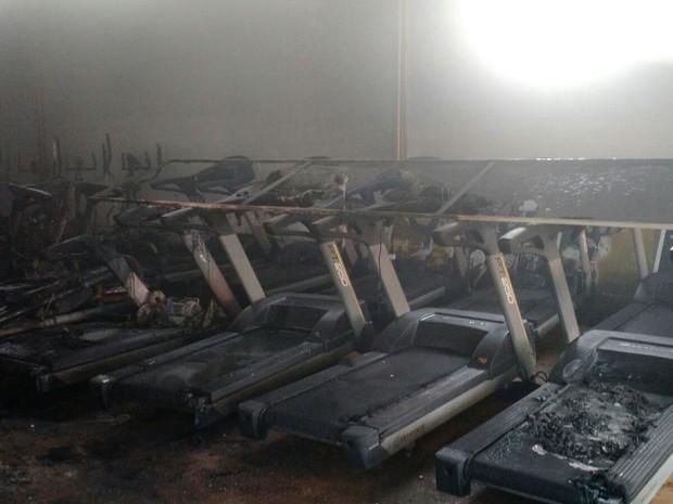 Chamas atingiram aparelhos de ginástica dentro de academia no Gama (Foto: Corpo de Bombeiros/Divulgação)
