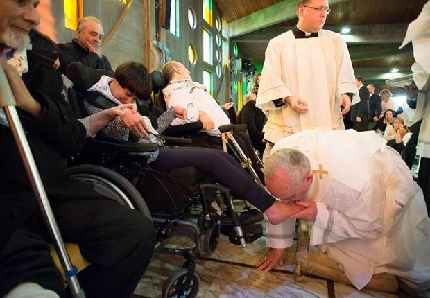 Papa lava pés de 12 pessoas com deficiência na missa de Quinta-Feira Santa (Foto: Agência EFE)