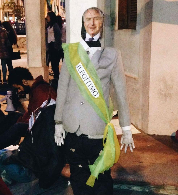 Boneco de Michel Temer em ato em São joão del Rei (Foto: Vertentes Agência de Notícias da UFSJ)