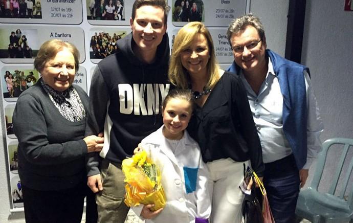 Rafa Gomes comemorou a estreia com a família inteira: a mamãe Márcia, o papai Aguilar, o irmão Felipe e a avó Leda (Foto: Arquivo pessoal )