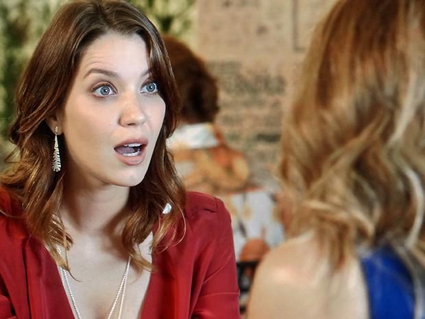 Laura não esconde surpresa ao ouvir segredo de Kitty (Foto: TV Globo)