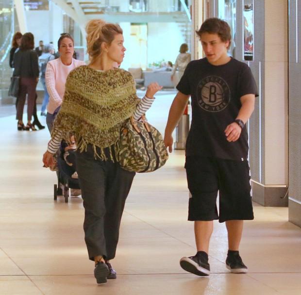 Carolina Dieckmann e o filho, Davi (Foto: AgNews)