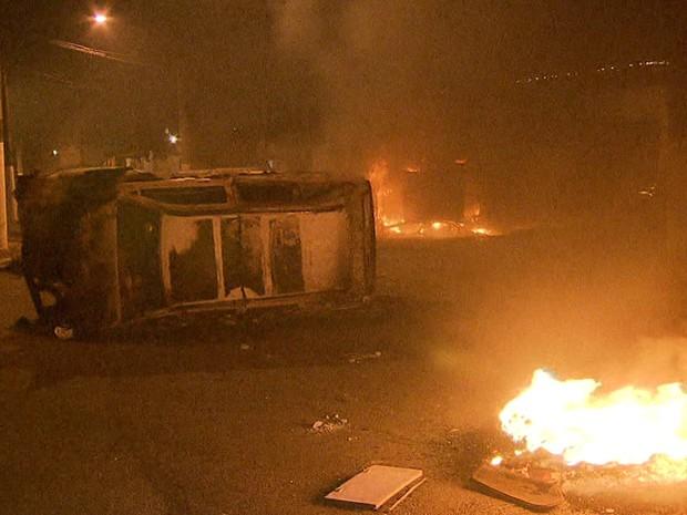 Veículo queimado para tentar impedir reintegração de posse de terreno na Zona Leste (Foto: Reprodução/TV Globo)
