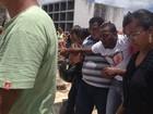 Marido se desespera em sepultamento de vítima de tragédia na Bahia