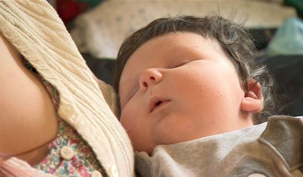"""Os médicos britânicos querem saber o motivo que causou o nascimento deste bebê, considerado """"grande"""" (Foto: Reprodução/BBC)"""