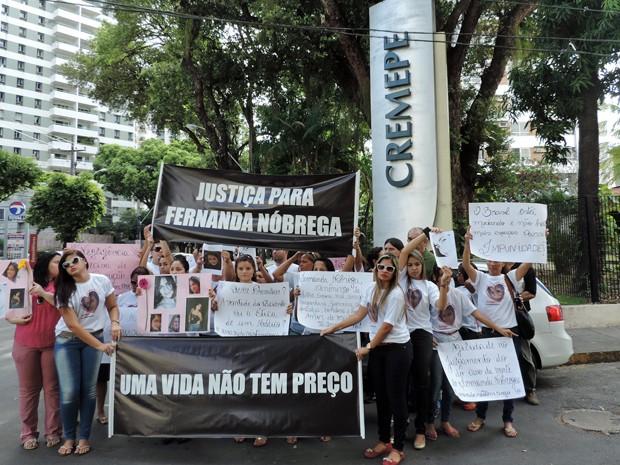 Após a entrega, grupo fez protesto em frente ao prédio do Cremepe, no Espinheiro (Foto: Débora Soares/G1)