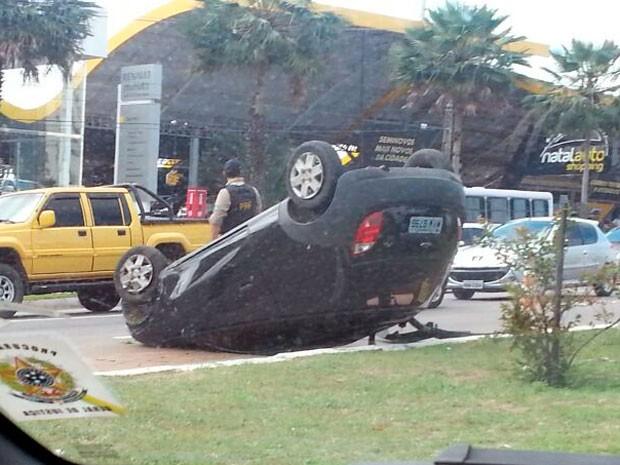 Capotamento deixou trânsito lento nos dois sentidos da BR-101 em Natal (Foto: Marcelo Montenegro)